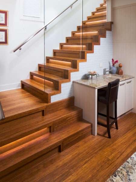 Деревянная лестница с подсветкой ступеней