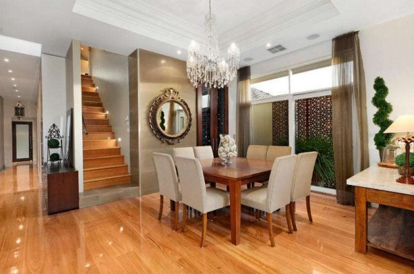 лестница с подсветкой в интерьере гостиной