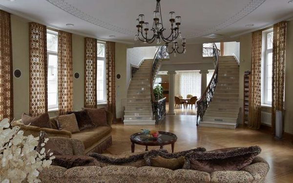 две лестницы, ведущие на второй этаж в интерьере гостиной