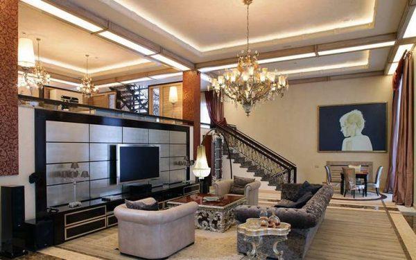 лестница с перилами в интерьере гостиной