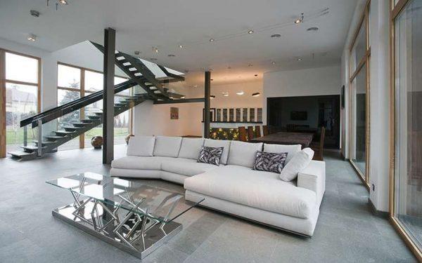 стильная лестница с перилами в интерьере гостиной