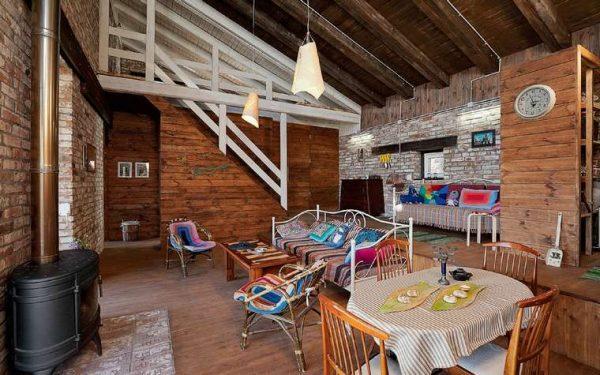 лестница с деревянной основой в интерьере гостиной