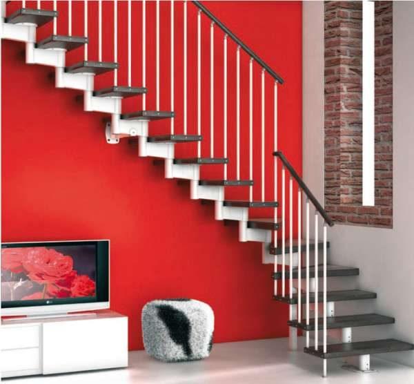 изысканная и простая лестница в интерьере гостиной