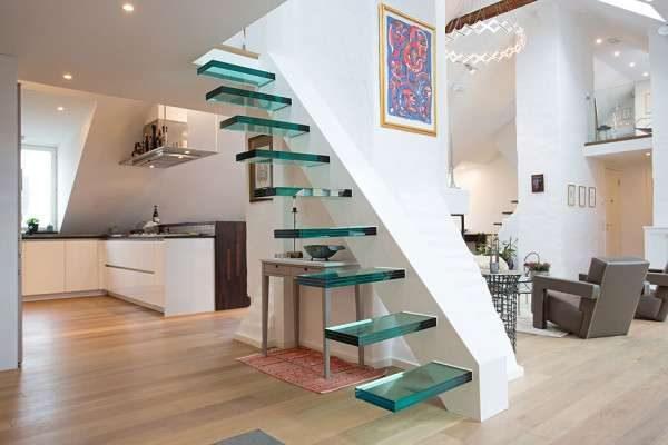 лестница из закалённого стекла в интерьере гостиной