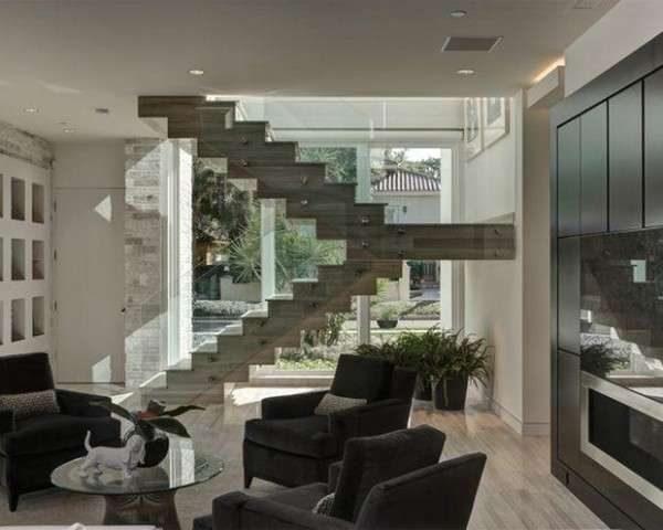лестница с прозрачными перилами в интерьере гостиной