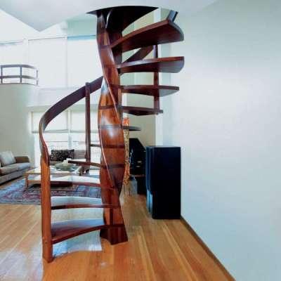 деревянная витая лестница в интерьере гостиной