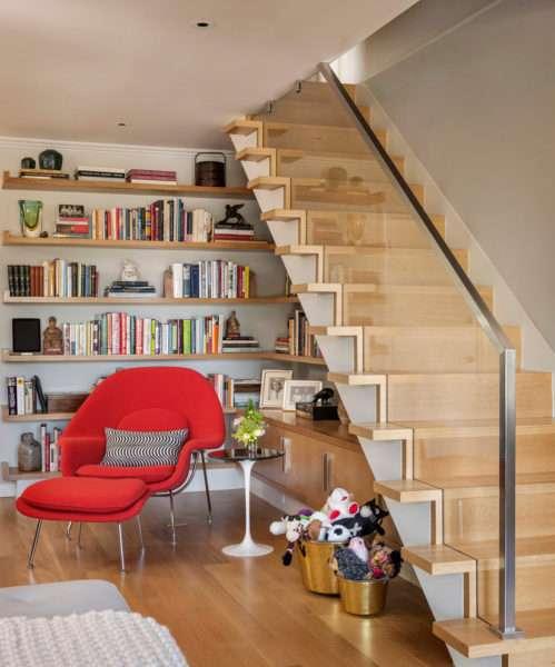 библиотека в гостиной под лестницей
