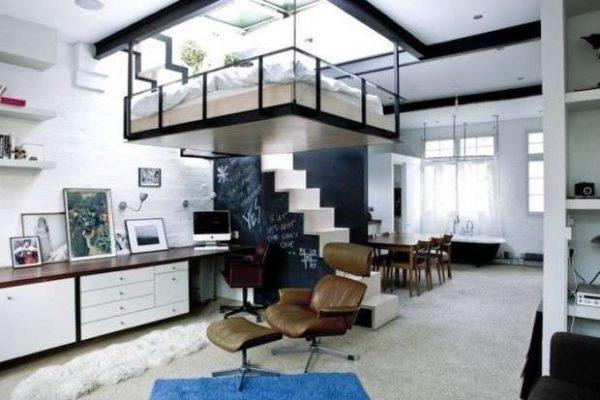 кровать под потолком в гостиной-спальне 18 кв.метров