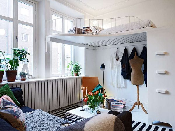 кровать под потолком в интерьере гостиной-спальни 18 кв.метров