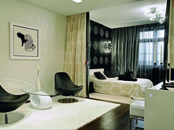 зонирование обоями гостиной-спальни 18 кв.метров