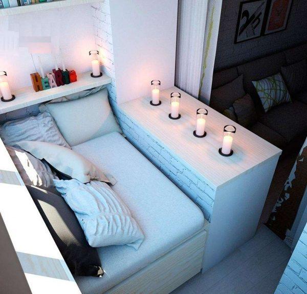 спальное место на балконе, совмещённом с гостиной