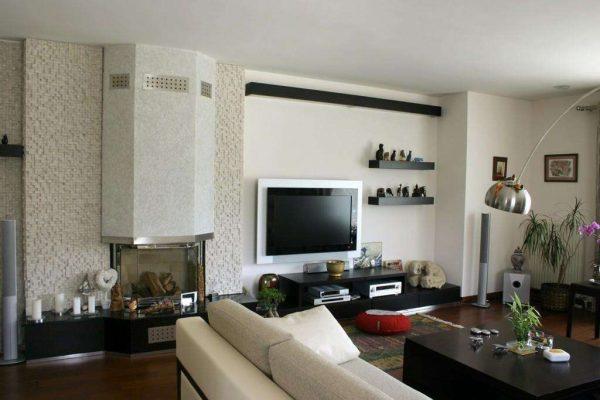 камин в интерьере гостиной спальни 18 кв. метров