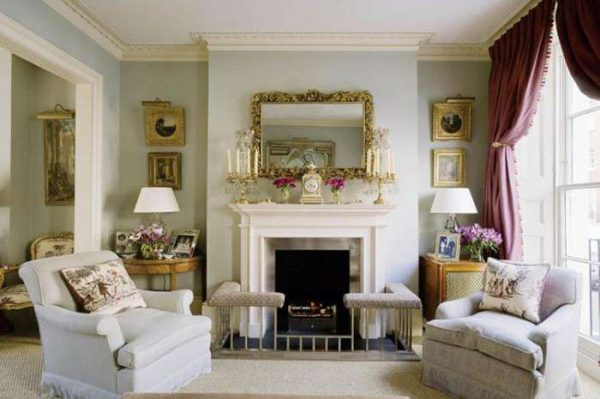 шторы и белая мебель в гостиной в английском стиле