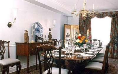 шторы и резная мебель в интерьере гостиной в английском стиле