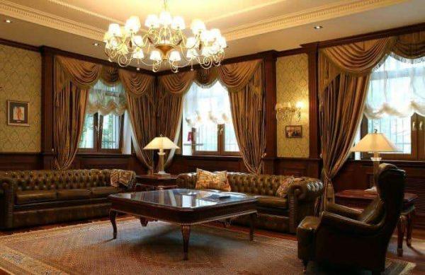 гостиная в английском стиле с тканью на стенах