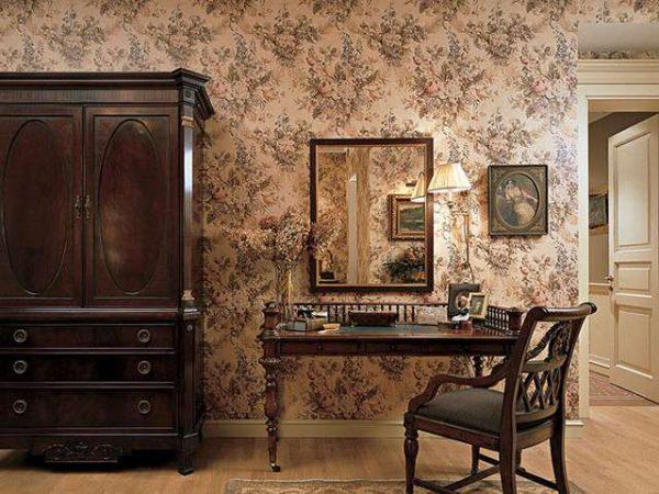 гостиная в английском стиле с обоями на стенах