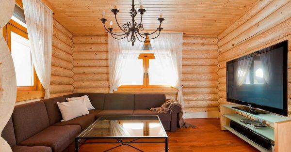 шторы прозрачные в интерьере гостиной в деревянном доме