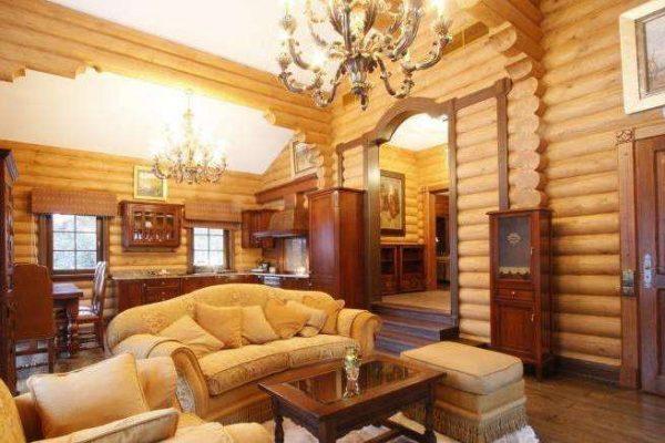 роскошная люстра в интерьере гостиной в деревянном доме