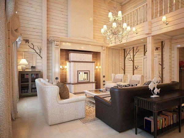 люстра с абажурами в гостиной в деревянном доме