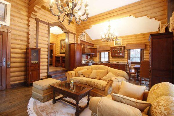 диванная группа в интерьере гостиной в деревянном доме