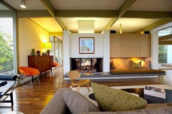 просторный интерьер гостиной в деревянном доме