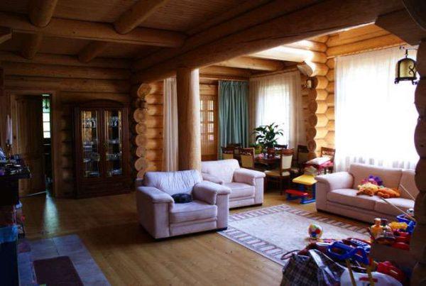 светлая мебель в гостиной в деревянном доме