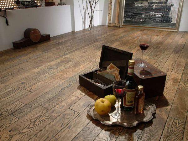 пол из массивной доски в деревянном доме