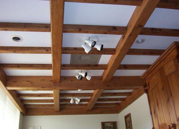 гостиная в деревянном доме с деревянными балками на потолке