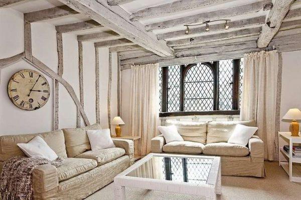 потолок с деревянными балками в гостиной кантри