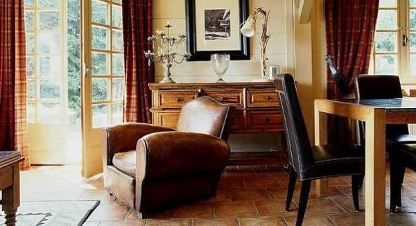 кожаное кресло в интерьере гостиной кантри