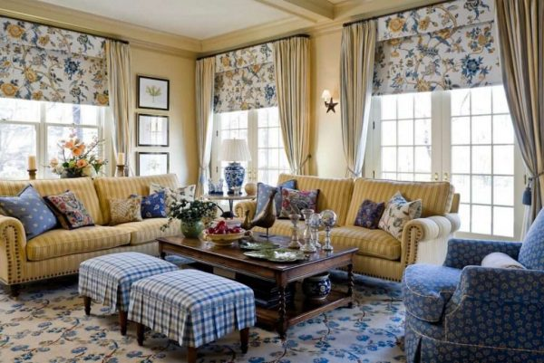 Гостиная в стиле кантри с текстильным декором