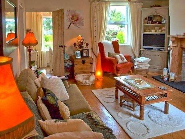 торшеры в интерьере гостиной в стиле кантри