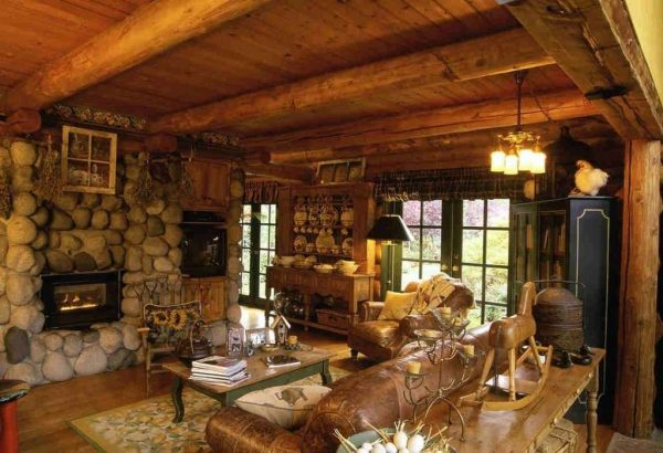 деревянные балки на потолке гостиной кантри
