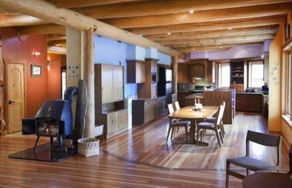 деревянные балки на потолке гостиной в стиле кантри