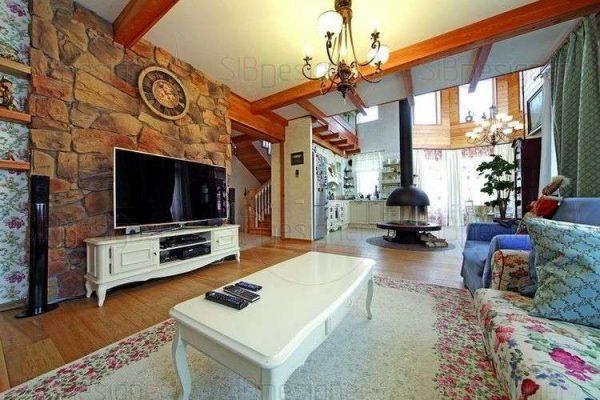 белая мебель в интерьере гостиной в стиле кантри
