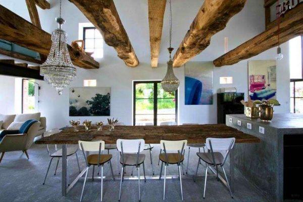 деревянный потолок в интерьере гостиной в стиле кантри