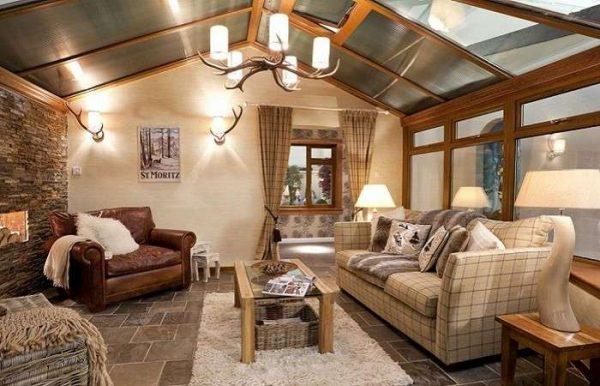 металлические листы на потолке в интерьере гостиной в стиле кантри