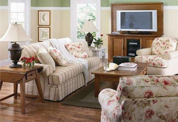 текстиль в интерьере гостиной в стиле кантри с цветочным принтом