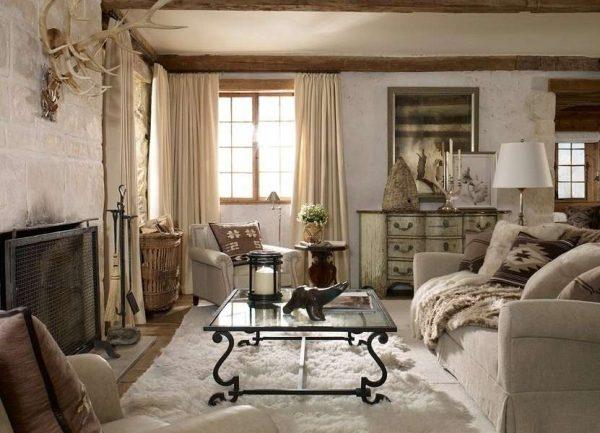 олений рог и ковёр в интерьере гостиной в стиле кантри