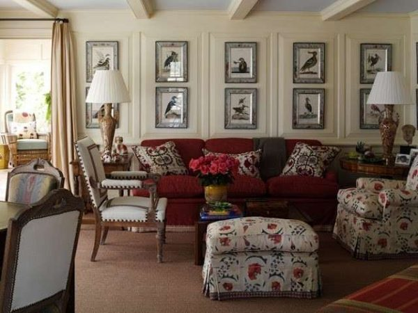 картины на стенах в интерьере гостиной в стиле кантри