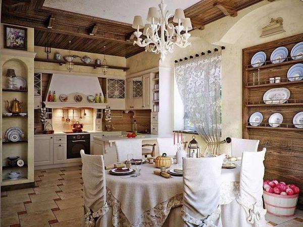 обеденный стол в интерьере гостиной в стиле кантри