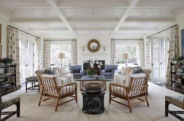 белый деревянный потолок в интерьере гостиной в стиле кантри