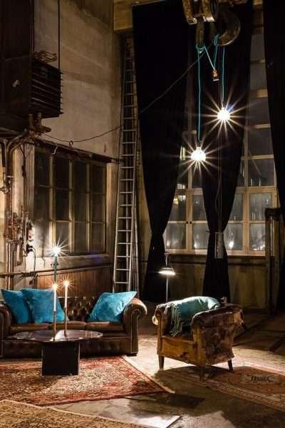 яркое освещение в интерьере гостиной в стиле лофт