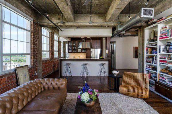деревянные балки на потолке в интерьере гостиной в стиле лофт