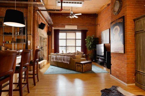 шторы на окне с жалюзи в интерьере гостиной в стиле лофт