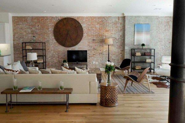 белый диван и часы в интерьере гостиной в стиле лофт