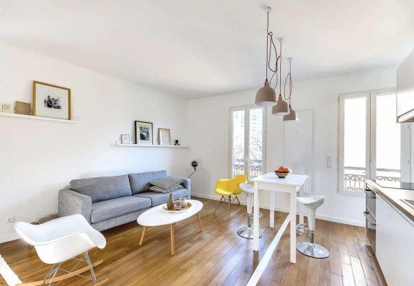 белые оштукатуренные и покрашенные стены в гостиной в стиле минимализм