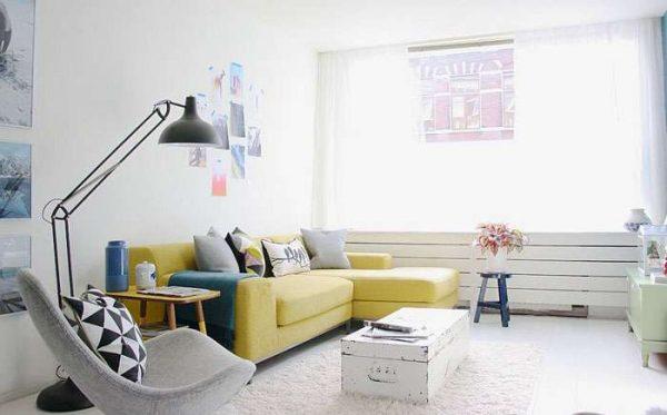 винтажный кофейный столик в гостиной в стиле минимализм