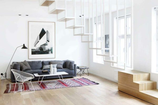 стильная лестница в интерьере гостиной в стиле минимализм