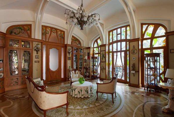 потолок в интерьере гостиной в стиле модерн